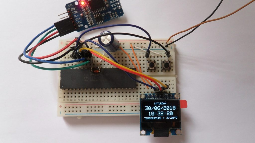 PIC18F4550 microcontroller with DS3231 RTCC and SSD1306 OLED display
